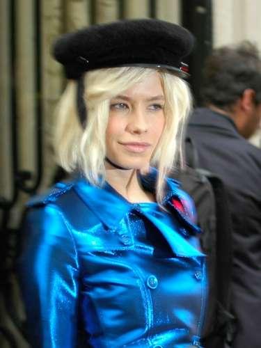 La modelo Elena Perminova no pasó desapercibida con su gabardina azul metálico.