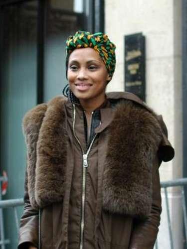 La cantante Imany hizo acto de presencia en el tercero día de la semana de la moda parisiense.