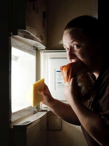 Snacks por la noche: Atacar la nevera por la noche puede disminuir su metabolismo, pues su cuerpo necesitará digerir los alimentos durante el sueño en vez de quemar grasa. Además, podría levantarse con acidez. Picotear por la noche podría indicar una mala alimentación a lo largo del día.