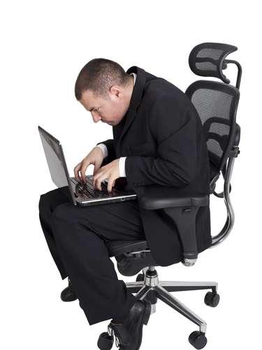 Mala postura: Si al sentarse encorva la espalda o pasa horas tirado en el sofá, cuidado. Los músculos de la espalda y los ligamentos tienen que trabajar más para mantener el equilibrio y los resultados son dolores en la región de la cabeza, además de la fatiga. Ponga atención a la postura siempre, haga estiramiento y busque un ortopedista si tiene problemas.