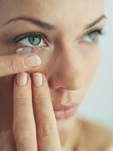 Dormir con lentes de contacto: El riesgo de que ocurra una infección ocular aumenta cuando se duerme con las lentes de contacto. El hábito también puede privar de oxígeno al tejido del ojo y, en algunos casos, el ojo puede compensar esa falta a través de la creación de pequeños vasos sanguíneos. Si no intenta combatirlo, ese hábito podría causar un daño permanente. Aunque sus ojos no desarrollen problemas, estarán rojos e irritados al día siguiente. Quitarse las lentes debe ser parte de su rutina diaria.