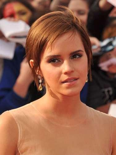 Emma Watson, quién interpretó a la famosa 'Hermione' en la película 'Harry Potter', sorprendió con su look el año pasado. La actriz decidió cortárselo y dejar lo flecos de medio lado.