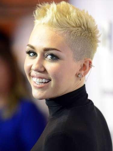 Miley Cyrus soprendió el año pasado cuando decidió cortar y tinturar su pelo de forma radical. La estrella de Disney optó por un look donde sale rapada de medio lado. Aunque su look no luce mal es evidente que se veía mejor con su pelo largo castaño.