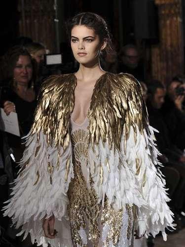 Zuhair Murad: Dorados, bordados, metros de tela, gasa y sobre todo mucho 'glamour' ofreció Murad en sus diseños. Mención especial merecenlas capas, espectaculares las de plumas, que parecer ser uno de los 'must' para la temporada.
