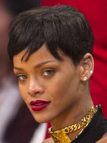 Sin duda Rihanna ha pasado por diferentes looks en cuanto a sus cortes de pelo y ella ha sabido como lucirlos. Ahora la cantante optó por tener su pelo negro y corto.