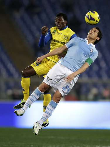Lazio's Cristian Ledesma (R) challenges Chievo's Isaac Cofie during their Italian Serie A soccer match at the Olympic stadium in Rome January 26, 2013. REUTERS/Max Rossi