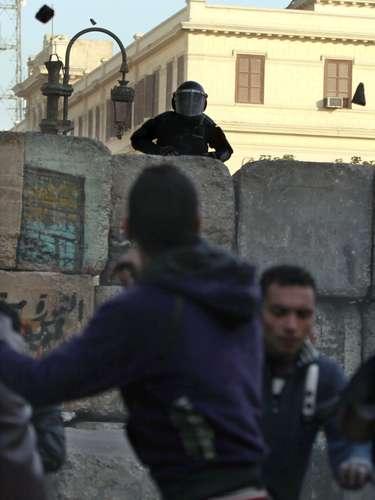 Las marchas se convirtieron en enfrentamientos en la Plaza Tahrir y afuera del Palacio Presidencial en El Cairo y en diversas ciudades del país, mientras la policía disparaba gas lacrimógeno y los manifestantes respondían arrojando piedras. Al menos cuatro personas, entre ellas un joven de 14 años, murieron en los más fuertes enfrentamientos del día, en la ciudad de Suez, donde los manifestantes prendieron fuego a un edificio que alguna vez fue sede del gobierno local.