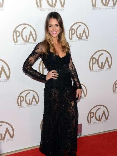 Con mucho estilo y porte, Jessica Alba posa ante los fotógrafos en la alfombra roja de los PGA Awards. ¿No se ve guapísima?