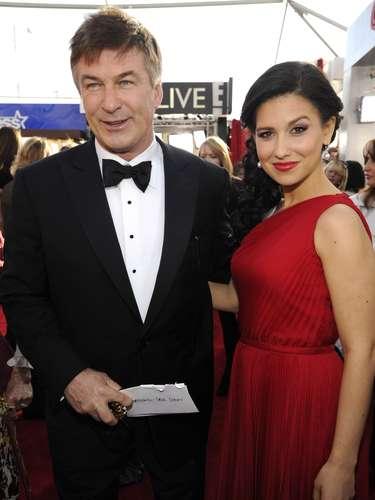 El reconocido actor Alec Baldwin, muy elegante,engalanó esta noche depremios, junto a su esposa Hilaria, quien lució espectacular traje que le iba muy bien a su figura en color rojo pasión