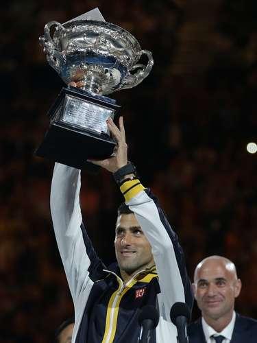 Djokovic levantó feliz su trofeo del Abierto de Australia