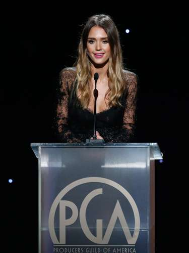 La guapísima Jessica Alba presentó un premio en la noche