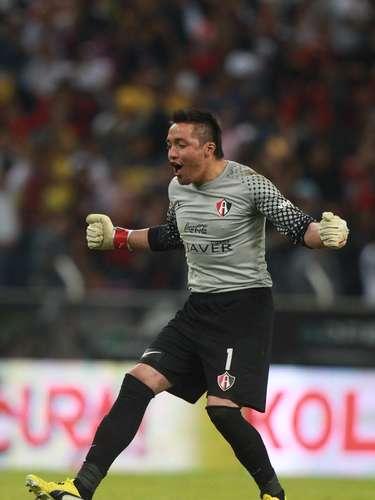 Miguel Pinto celebra el gol del empate, anotado por el chileno Rodrigo Millar.