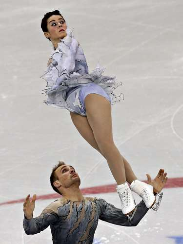 Lindsay Davis and Mark Ladwig compete during the pairs free skate at the U.S. Figure Skating Championships in Omaha, Nebraska, January 26, 2013.  REUTERS/Jim Young  (UNITED STATES - Tags: SPORT FIGURE SKATING)