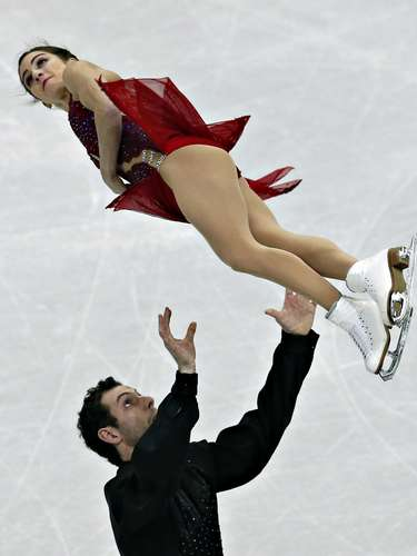Marissa Castelli and Simon Shnapir compete during the pairs free skate at the U.S. Figure Skating Championships in Omaha, Nebraska, January 26, 2013.  REUTERS/Jim Young  (UNITED STATES - Tags: SPORT FIGURE SKATING)