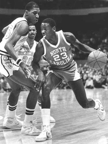 Jordan no era muy conocido cuando llegó a la Universidad de Carolina del Norte en 1982. Pero hacia el final de su primer año, se convirtió en un nombre familiar después de anotar el tiro ganador contra Georgetown en el juego de campeonato de la NCAA. En su primer año, fue el mejor jugador del país y el ganador del Premio John Wooden. Entonces, decidió convertirse en profesional.