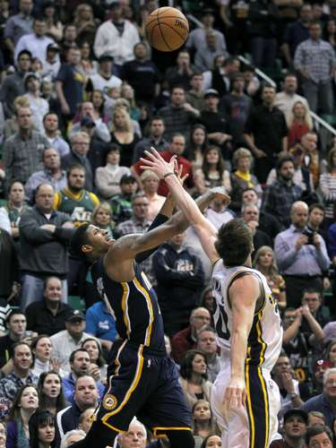 El guardia del Jazz de Utah Gordon Hayward bloquea el disparo de Paul George de los Pacers de Indiana