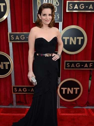 Tina Fey posó feliz para los fotógrafos en la alfombra roja de los premios