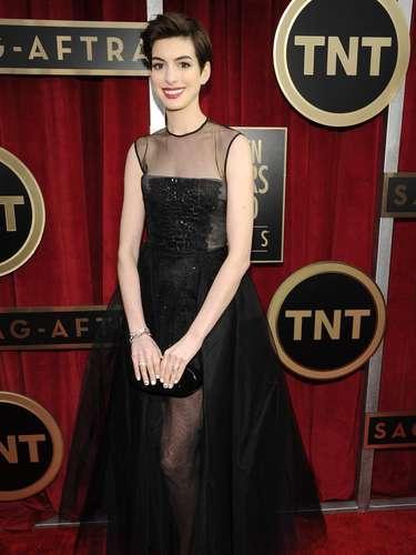 Indiscutiblemente Anne Hathawayes una de las actricesmás sexys de la noche, enfundada en este traje negro lleno de transparencias, súper sexy dejó sus piernas casi al descubierto.