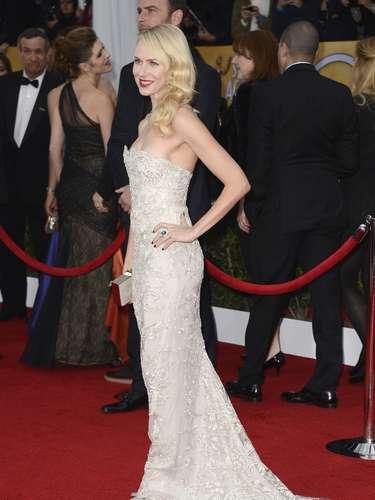 Encantadora lució la súper estrella Naomi Watts enfundada en este finísimo traje bordado en delicada pedrería que la hacía brillar.