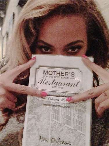 Beyoncé gets some grub in New Orleans.