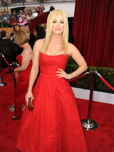 Kaley Cuoco deslumbra con un traje rojo y estrena look en su cabello durante esta gala ¿Cómo la hace lucir?