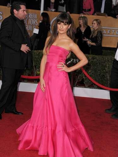 La protagonista de 'Glee', Lea Michele, supo darle a su atuendo un toque elegante, sin perder su lado sensual.