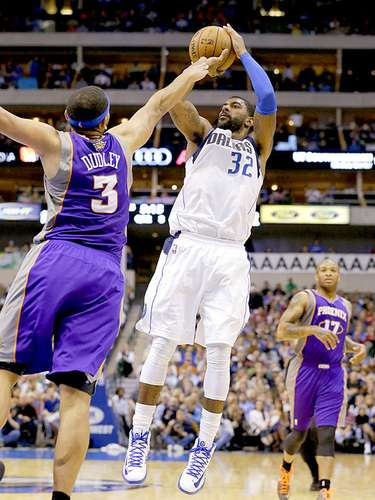 Suns vs. Mavericks: Jared Dudley (3) intenta bloquear el disparo de O.J. Mayo (32).