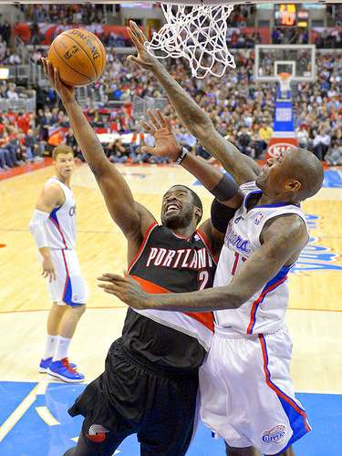 Trail Blazers vs. Clippers: Wesley Matthews intenta un disparo ante la marca de Jamal Crawford.