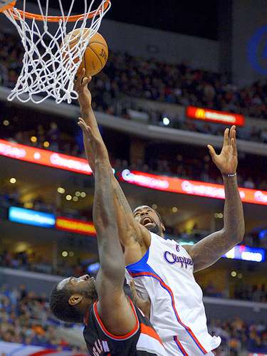 Trail Blazers vs. Clippers: DeAndre Jordan intenta un disparo ante la marca de J.J. Hickson.