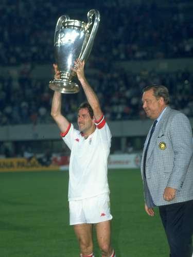 El capitán Franco Baresi levanta el trofeo que acreditaba al A.C. Milan como campeón de Europa por cuarta vez tras imponerse 1-0 al Benfica en la temporada 1990