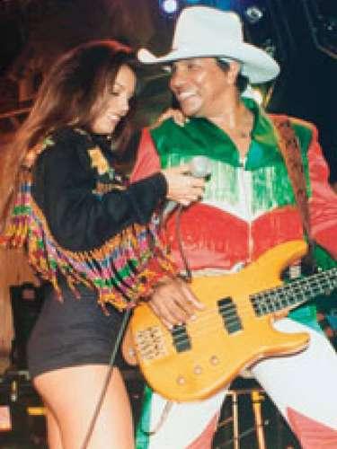Bibi Gaytán, a sus 22 años, luciendo pierna en una presentación junto al grupo Bronco.