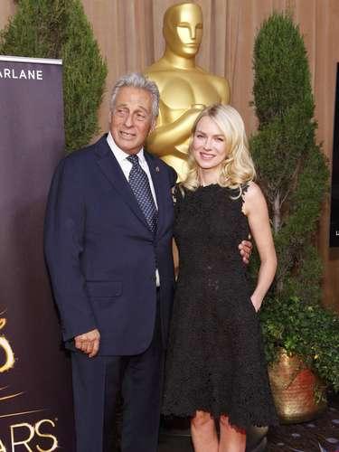 El Presidente de la Academia de Artes y Ciencias Cinematográficas Hawk Koch posa al lado de la nominadaNaomi Watts