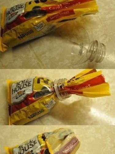 Si siempre se te pierde la liga o alambre para cerrar las bolsas no te preocupes, con la tapa de una botella podrás arreglarlo.