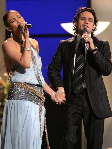 Jennifer López and Marc Anthony professed their love for each other in 2005 holding hands during their powerful performance of 'Escapémonos'.