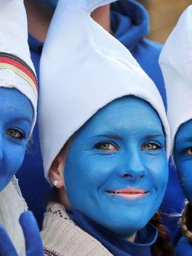Unas chicas disfrazadas de pitufos celebran el comienzo del carnaval por las calles de Colonia en Alemania