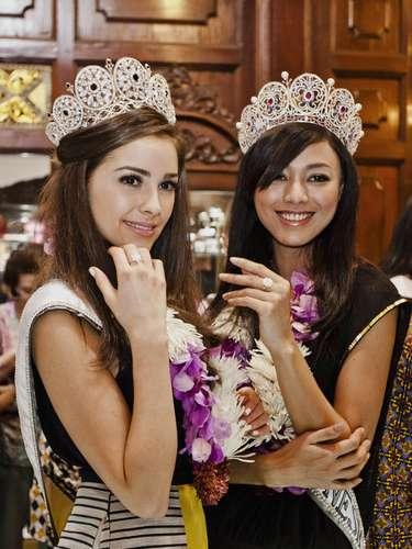 Aquí se aprecia a la soberana junto a la recién elegidaPuteri Indonesia 2013, Whulandary Herman, con los obsequios brindados por dicha tienda, donde fueron atendidas como era de esperarse... como todas unas reinas.