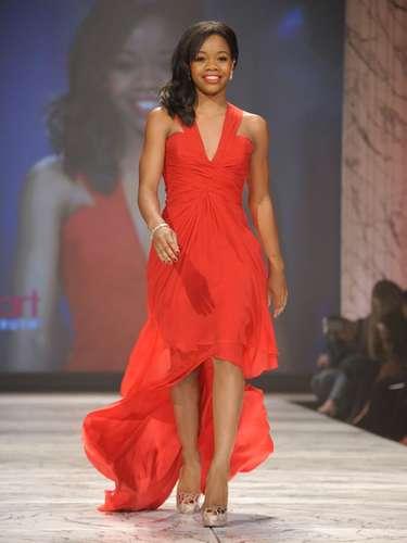 Gabrielle Douglas desfiló con un vestido mullet.