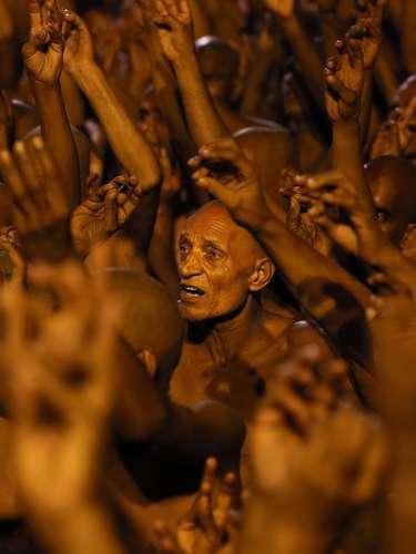 Santones hindúes durante los rituales del festival religioso de Maha Kumbh a orillas del ganges