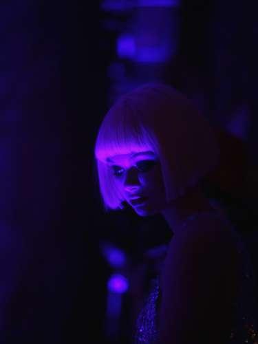 Una modelo se coloca en su línea para comenzar un desfile de la semana de la moda de Nueva York 2013