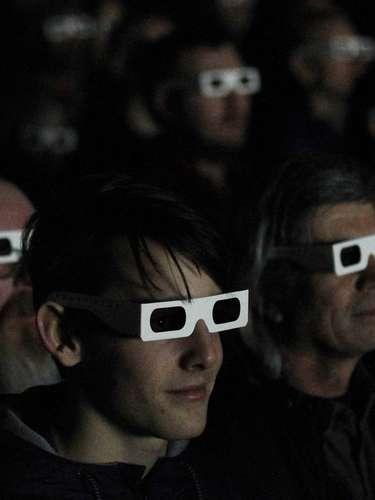 Espectadores con gafas de tres dimensiones asisten a un concierto y puesta en escena de la banda alemana Kraftwerk en la Tate Modern de Londres
