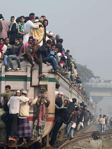 Dhaka tiene más de 11 millones de habitantes; es muy pobre, tiene altos índices de contaminación, hacinamiento en calles, poco transporte, mucha delincuencia, explotación laboral, baja educación y escasez de suministros, entre muchas otras cosas más que la hacen un sitio poco propicio para tener una vida promedio.