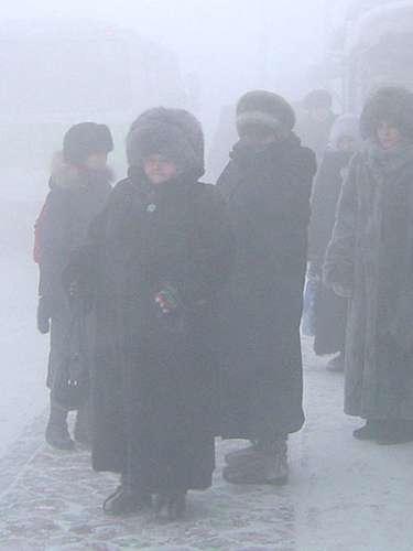 1.- Yakutsk, la ciudad más fría del mundo, la capital dE la República de Sajá, la cual se localiza en la parte oriental de Siberia. Debido a su situación geográfica (a unos 450 kilómetros del círculo polar ártico) es conocida como el lugar más frío de nuestro planeta.