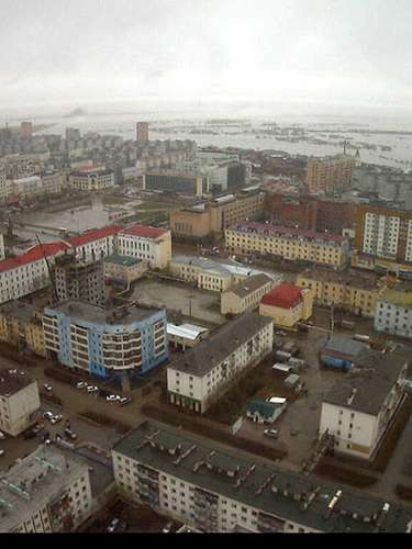 Su temperatura media anual es de -10 grados centígrados, de mayo a enero sobrepasa los cero grados, en julio el termómetro no pasa de los 18 grados y en enero es cuando más frío se siente en la región, pues la temperatura oscila entre los -38 y -41 grados.Lo que hace habitable a este sitio es que las precipitaciones no son abundantes, por lo que las nevadas no suelen ser fuertes. Yakutsk supera los 269 mil habitantes, quienes se dedican principalmente a trabajar en las decenas de minas de diamantes que hay en la región.