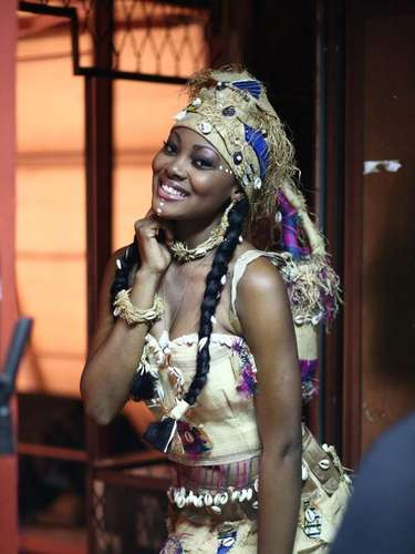 Miss Gabón - Jennifer Ondo. Tiene 20 años de edad, mide 1.81 metros de estatura (5 ft 11 12 in). Procede de Haut-Ogooué
