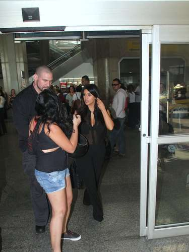 Sonriente, Kim Kardashian llegó a Rio de Janeiro