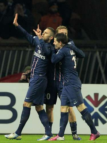 Paris Saint-Germain's Jeremy Menez (L) celebrates with team mates after scoring against Bastia.