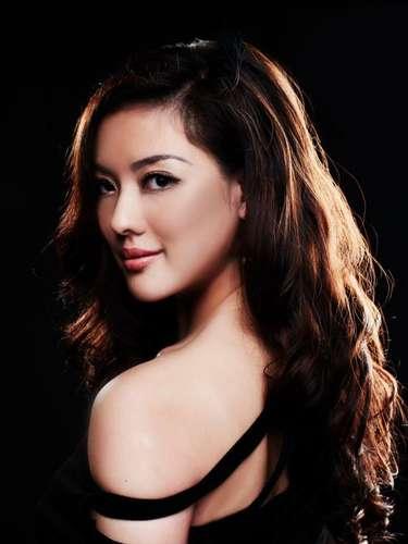 Miss Malasia - Carey Ng. Tiene 23 años de edad, mide 1.78 metros de estatura (5 ft 10 in) y procede de Kuala Lumpur.