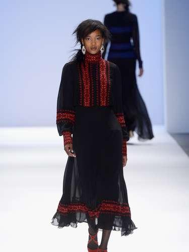 En su participación en Mercedes-Benz Fashion Week New York, mostró una colección otoño invierno protagonizada por el azul, rojo y negro, aunque sin perder de vista los colores claros.