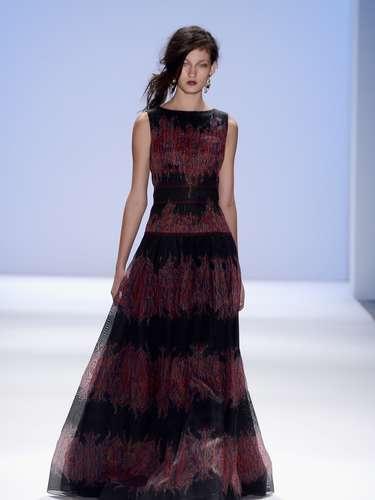 Una colección de lujo con vestidos de noche fusionados que se fusionan con los detalles folclóricos.