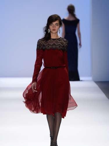 Durante su participación en Mercedes-Benz Fashion Week New York, mostró una colección otoño invierno protagonizada por el azul, rojo y negro, aunque sin perder de vista los colores claros.